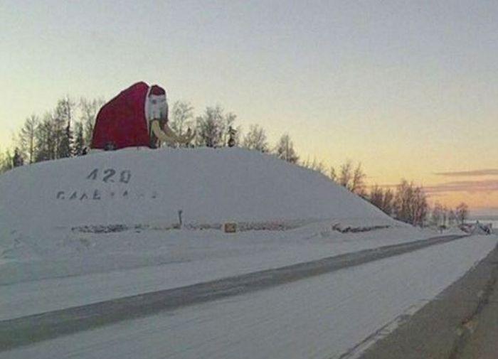 В Салехарде большую статую мамонта «одели» наряд Деда Мороза (2 фото)