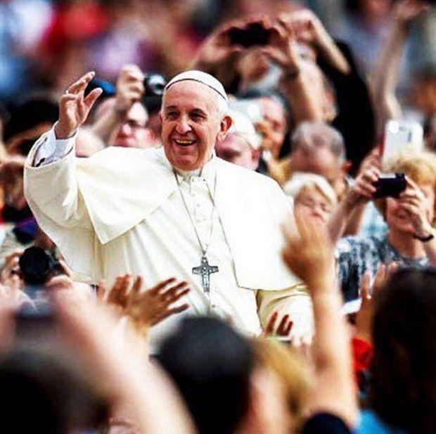 Папа Римский опубликовал в Instagram свое первое селфи (2 фото)