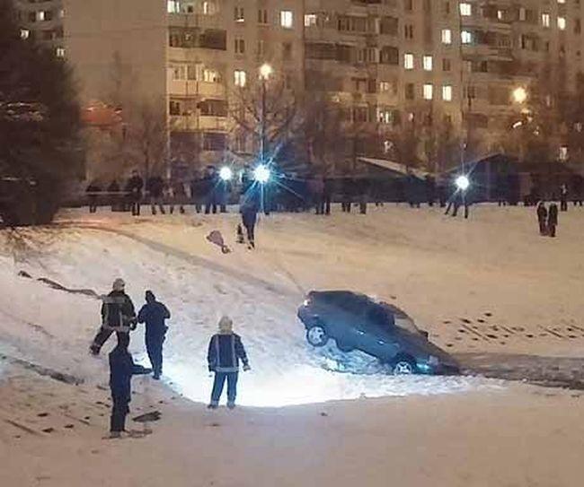 В Зеленограде компания парней на спор утопила автомобиль в пруду (5 фото + 2 видео)