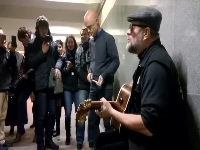 Борис Гребенщиков спел для пассажиров московского метро