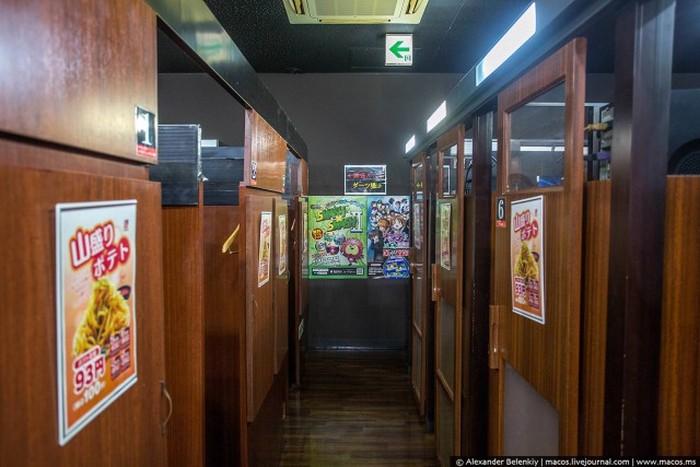 Ночевка в японском манга-кафе (21 фото)