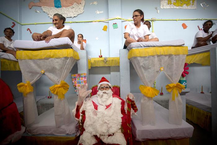 Заключенные бразильской женской тюрьмы Nelson Hungria готовятся к Рождеству (13 фото)
