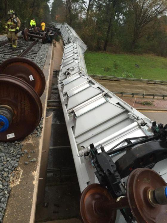 В США сильный ветер опрокинул вагоны поезда (3 фото)