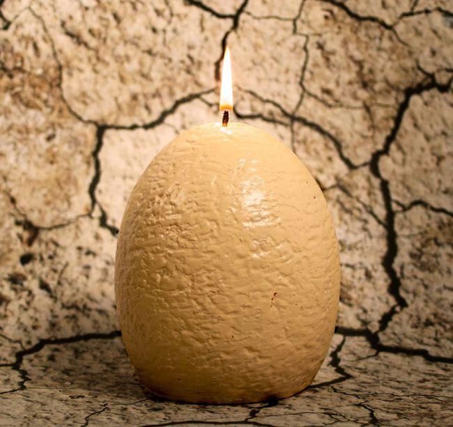 Оригинальная свеча в форме яйца с сюрпризом внутри (3 фото)