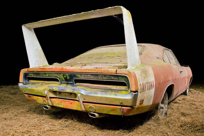 Простоявший в сарае несколько десятилетий масл-кар Dodge Charger Daytona 1969 продадут на аукционе (16 фото)