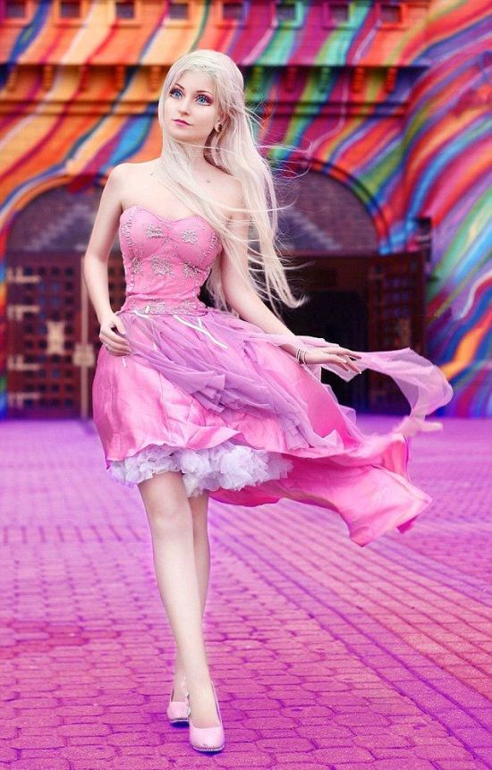 Бразильянка с кукольной внешностью Андресса Дамиани (Andressa Damiani) жалуется на то, что ее вид пугает прохожих (9 фото)