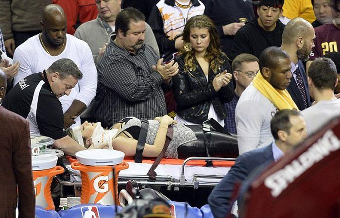 Баскетболист Леброн Джеймс травмировал актрису Элли Харви, пытаясь остановить уходивший в аут мяч (9 фото)