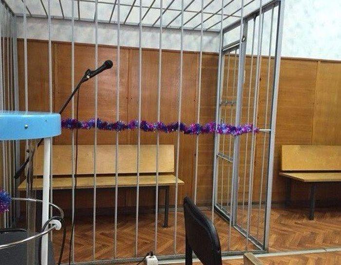 Работники суда заботятся о праздничном настроении подсудимых (фото)