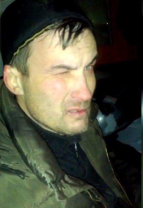 В Красноярске грабитель застрял в крыше торгового павильона, который он собирался ограбить (2 фото)