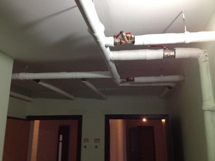 Ничего необычного, просто застройщик проложил трубы в новостройке (5 фото)