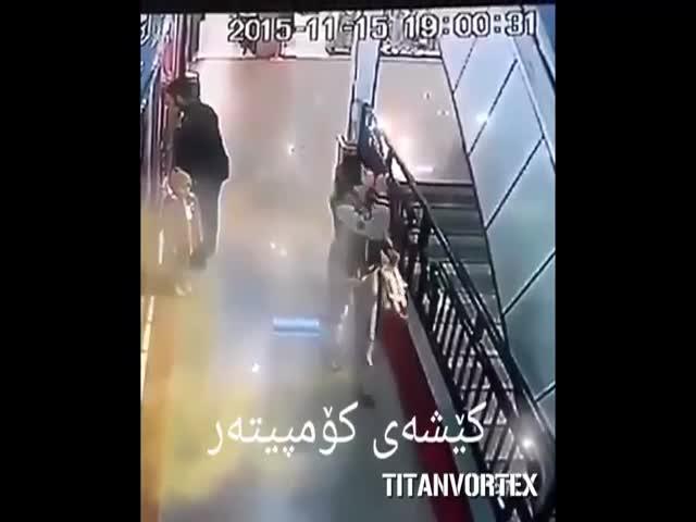 Парень поймал ребенка, упавшего с эскалатора