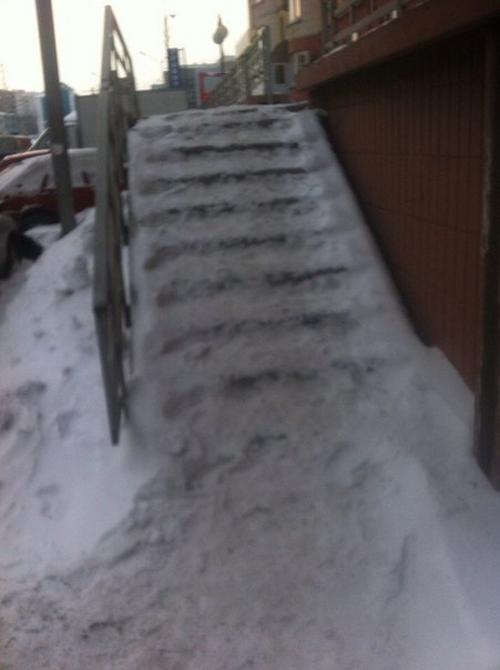 Лестница в платное медицинское учреждение Новокузнецка (2 фото)