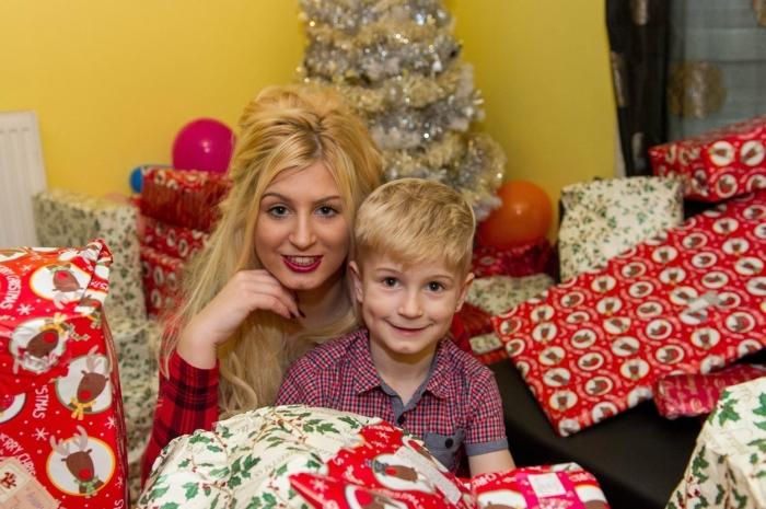 В Великобритании молодая мать снялась в порно, чтобы подарить ребенку подарок на Рождество (10 фото)