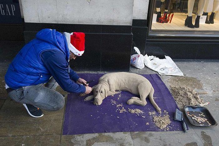 В Лондоне уличный художник создает скульптуры из песка (11 фото)