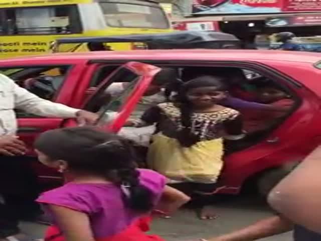 20 детей в одном автомобиле
