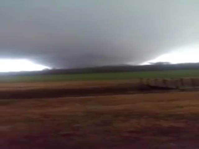Нереально большой торнадо