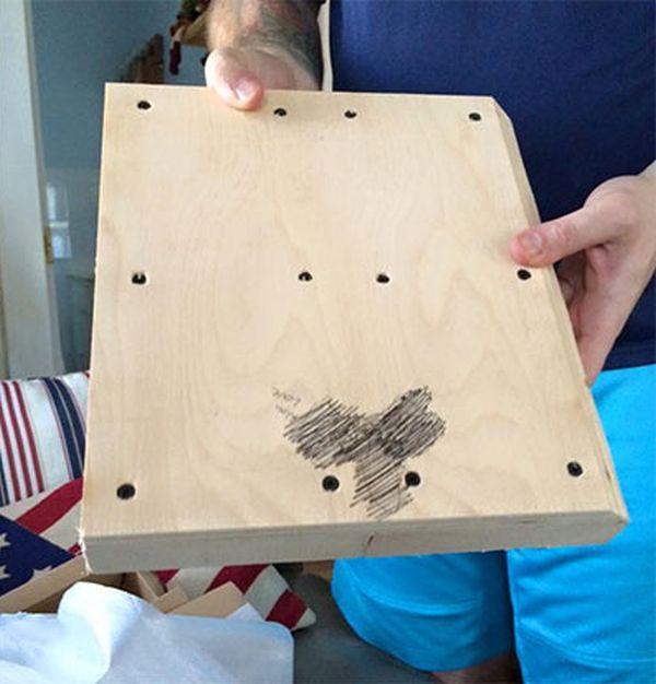 Вместо игровой консоли ребенок получил на Рождество деревянную болванку с изображением пениса (2 фото)