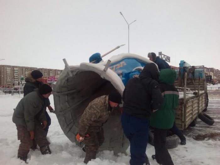 Житель Караганды продал автомобиль, чтобы изготовить фигуру Деда Мороза для города (4 фото)
