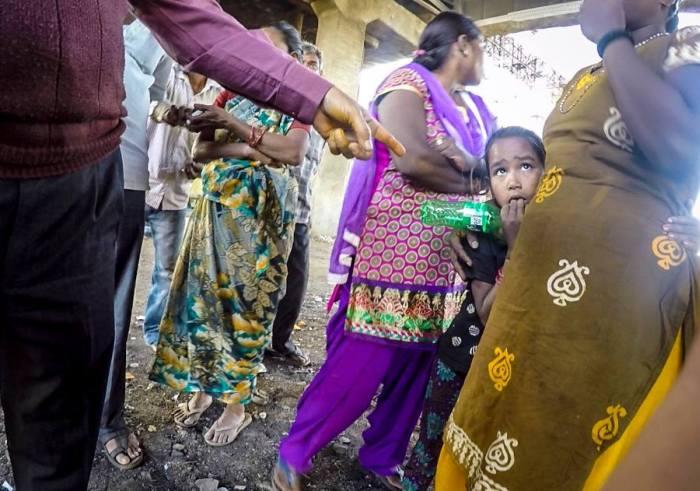 Супруги отправились в Индию, чтобы помочь бедной девочке, которую они увидели на фото (23 фото)