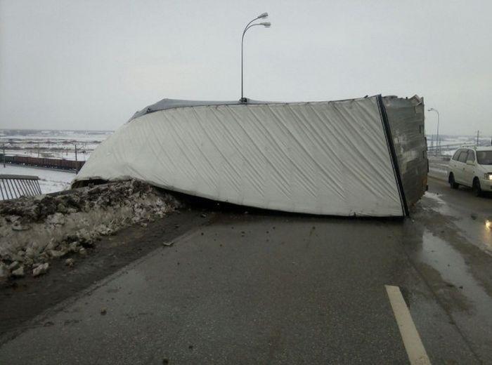 В Кемеровской области фура повисла на мосту после ДТП (4 фото)