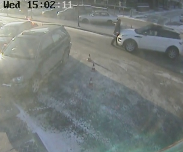 В Иркутске жена чиновника Сергея Петрова наехала на парковщика