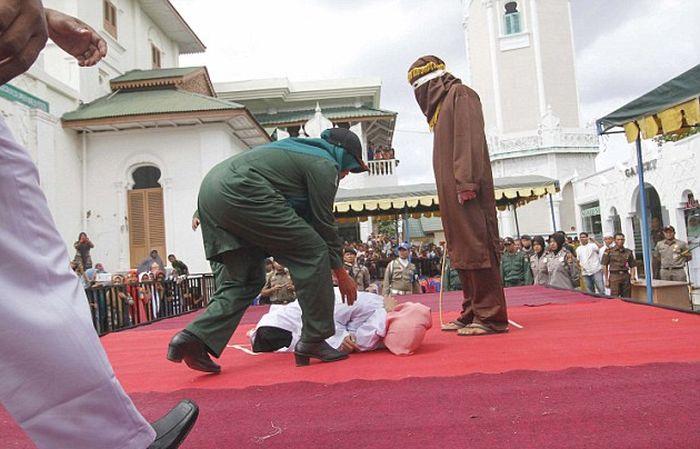 Наказание за добрачный секс в Индонезии (10 фото)