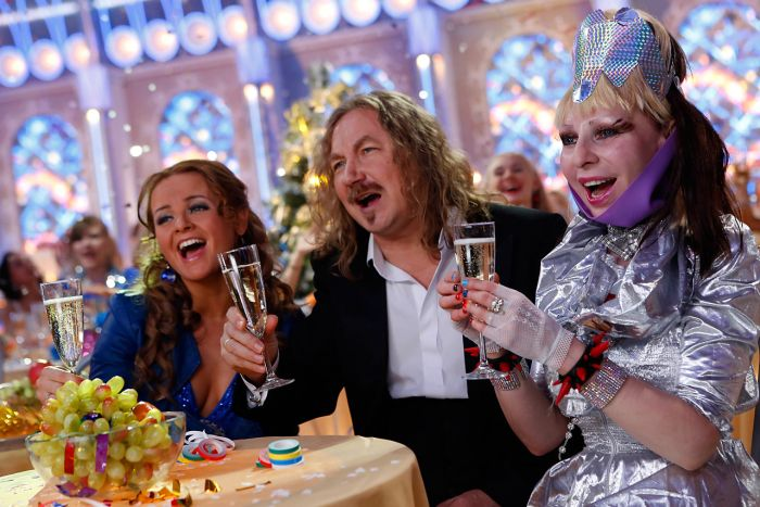 Почему в преддверии Нового года по телевизору показывают одни и те же фильмы (3 фото + текст)