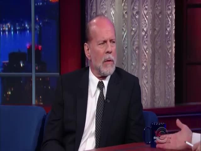 Брюс Уиллис и Стивен Колберт устроили «рукопашную схватку» в прямом эфире