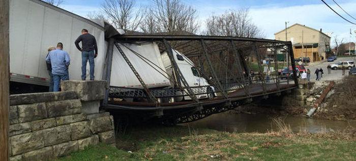 Девушка разрушила старый металлический мост из-за того, что не смогла перевести фунты в тонны (5 фото)