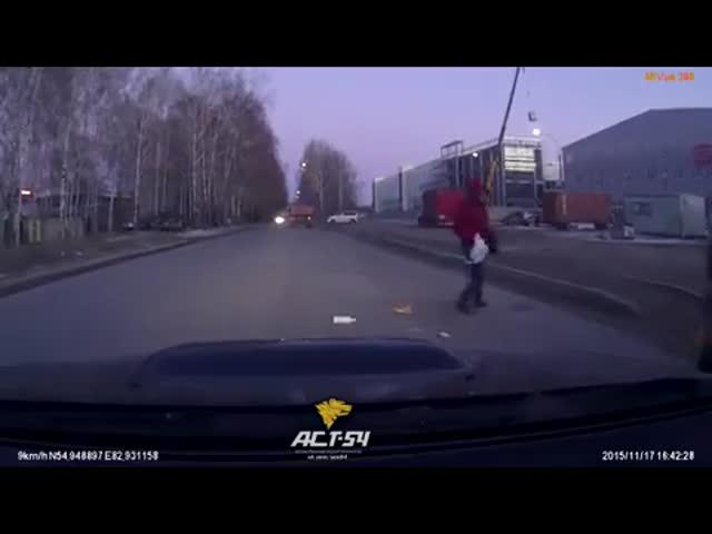 Невнимательный пешеход чудом не попал под колеса автомобиля