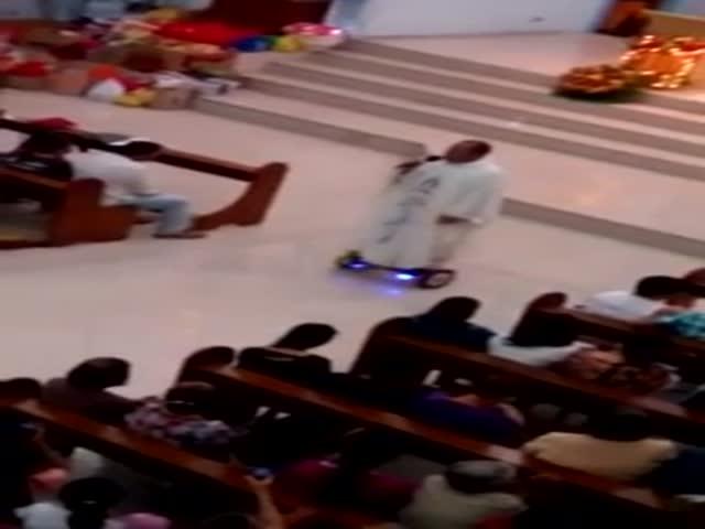 Католический священник ведет службу на ховерборде