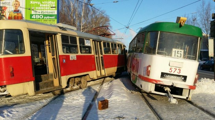 В Екатеринбурге столкнулись два трамвая (7 фото)