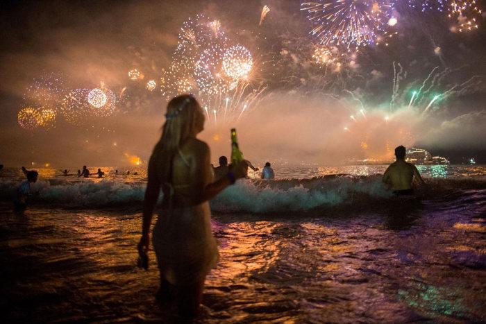 Пляж Копакабана в Рио-де-Жанейро в новогоднюю ночь (10 фото)