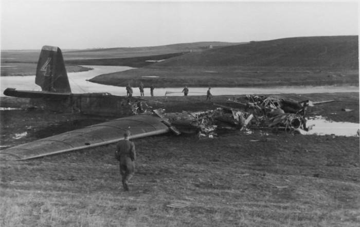 Героический авианалет, легший в основу киноленты «Живые и мертвые» (14 фото)