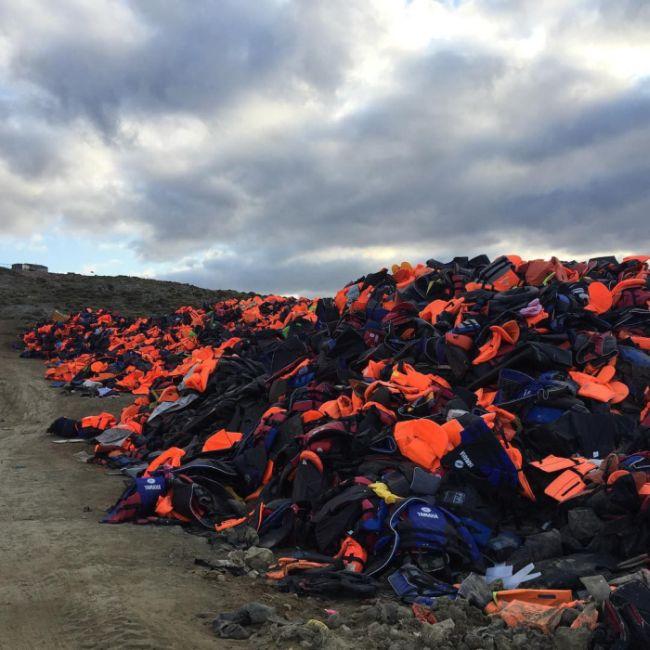 На острове Лесбос составили гигантский символ мира из спасательных жилетов (7 фото)