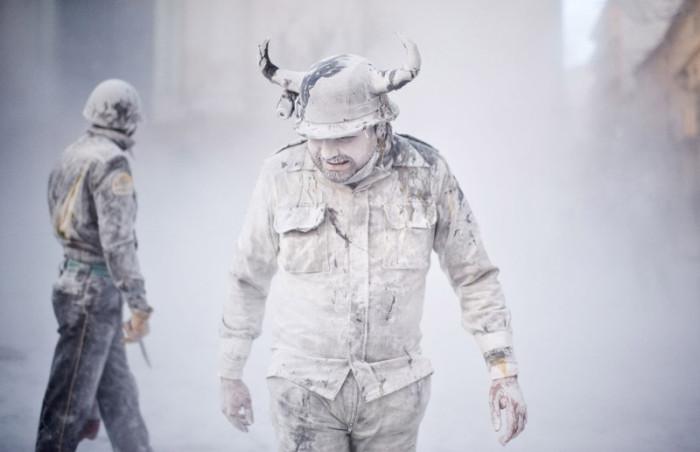 Фестиваль Els Enfarinats: мучной военный переворот в Испании (20 фото)