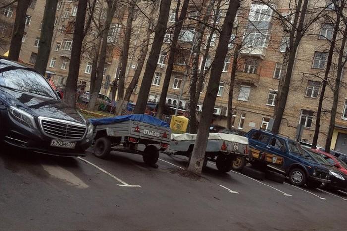 Новый способ «бронирования» парковочного места в московских дворах (3 фото)