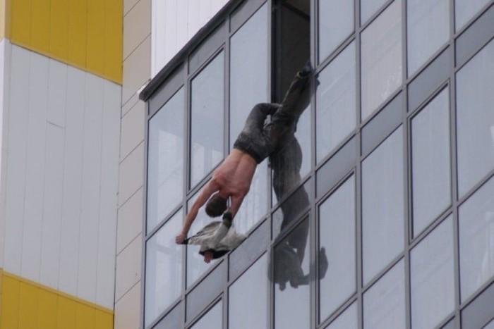 В Новосибирске мужчина полчаса провисел за окном 15 этажа (4 фото)