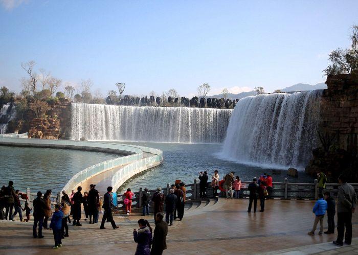 Искусственный водопад в городе Куньмин (5 фото)