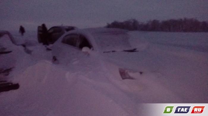 Застрявшие во время метели на трассе Оренбург - Орск люди рассказали, как их спасали на самом деле (10 фото + 4 видео)