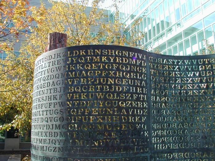 Скульптура-загадка в штаб-квартире ЦРУ (5 фото)