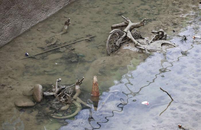 Необычные находки на дне канала Сен-Мартен в Париже (21 фото)