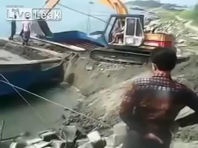 Неудачная попытка погрузки экскаватора на баржу