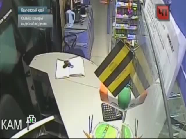 Находчивый грабитель вытащил деньги из сейфа при помощи плинтуса