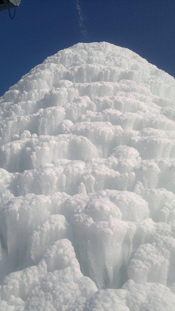 Ледяная горка у водонапорной башни (3 фото)