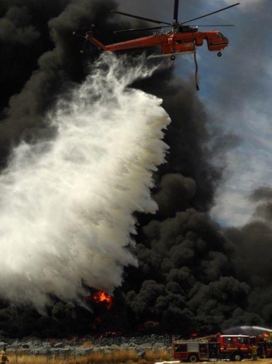 В Мельбурне загорелись 120 000 покрышек (7 фото + 2 видео)
