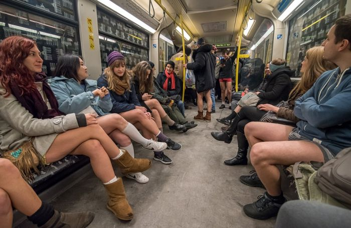 Как прошел флешмоб «В метро без штанов-2016» (No Pants Subway Ride) (24 фото)