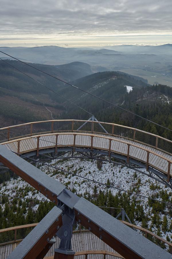 Смотровая площадка с экстремальной горкой в горах Чехии (13 фото)