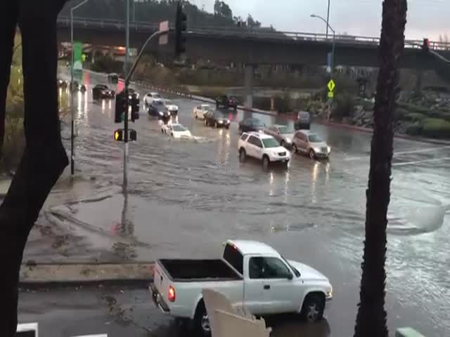 Lamborghini преодолевает затопленную улицу