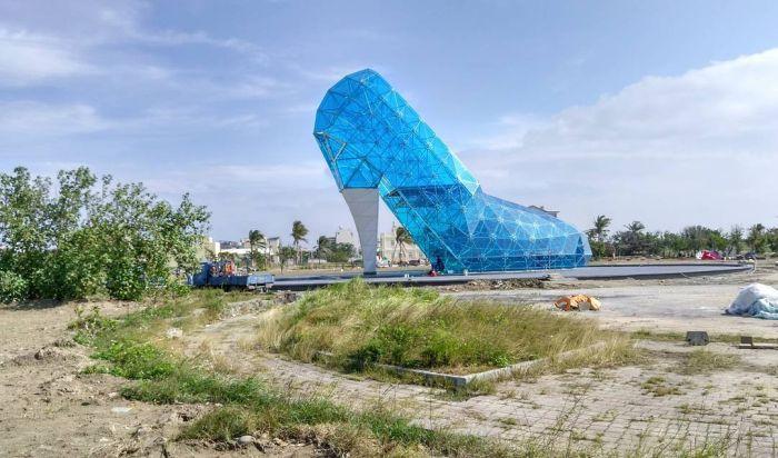 На Тайване построили церковь в виде стеклянной женской туфельки (7 фото)